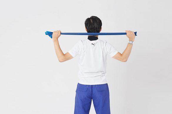タオルが頭の後ろまで降りるように肘を曲げていきます
