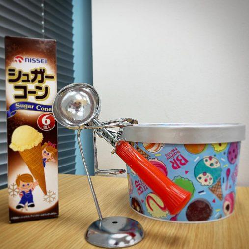 アイスクリームディッシャーとシュガーコーン