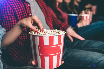 映画館でポップコーン