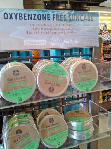 ハワイの薬局の棚には「オキシベンゾン不使用」を謳う日焼け止めが多く並んでいます