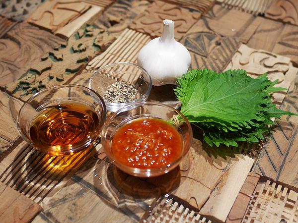 タレや薬味(醤油こうじ、ごま油、コショウ、ニンニク、シソ)