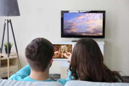 動画やテレビ観賞する夫婦・同棲カップル