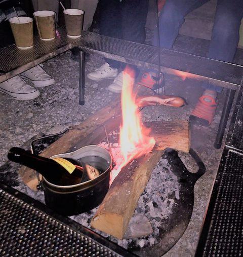 焚き火で温める熱燗