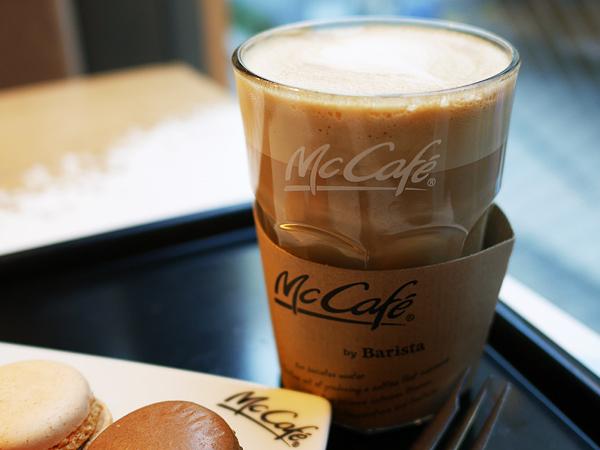 マックカフェ カフェラテ Sサイズ250円(税込)/Mサイズ290円(税込)