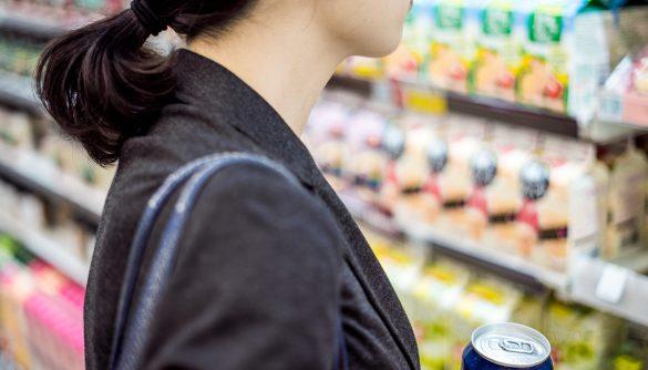 コンビニで買い物をする女性