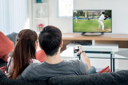 カップルがテレビで野球観戦