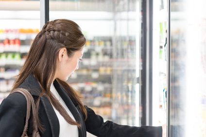 女性・スーパーマーケット(コンビニエンスストア)・飲料売り場