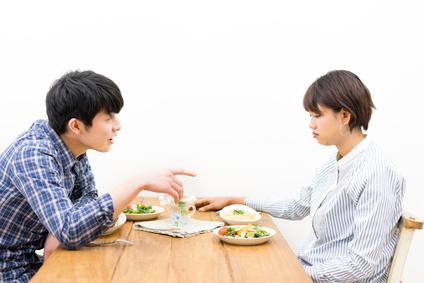 リビング・喧嘩・カップル(夫婦)モラハラ