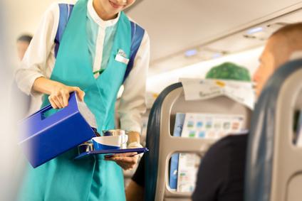 旅行する飛行機内でCAが飲み物サービス