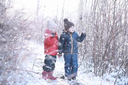雪の中の子ども、男の子、兄弟