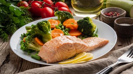 パレオダイエット、ケトジェニック、サーモン、鮭、野菜、蒸し料理