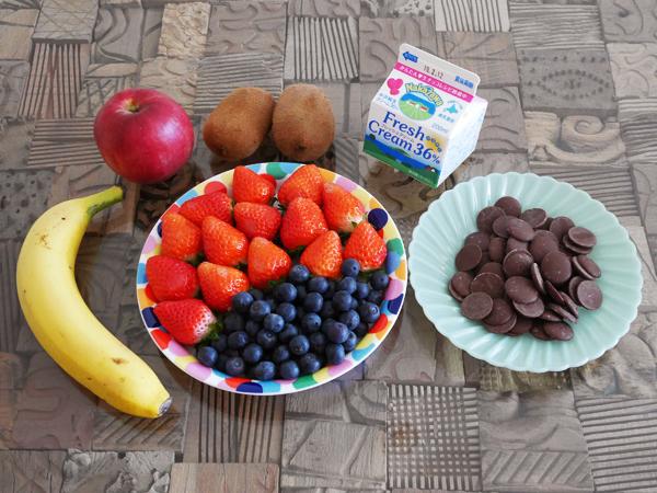 材料:お好みの果物、製菓用チョコ(ミルク)、生クリーム