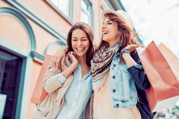 女友達との買い物を楽しむ女性