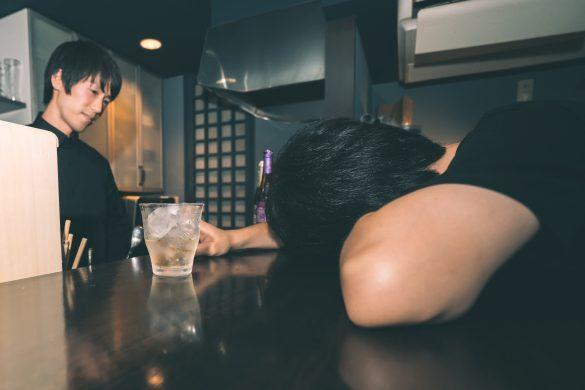 居酒屋で飲みまくって泥酔する男