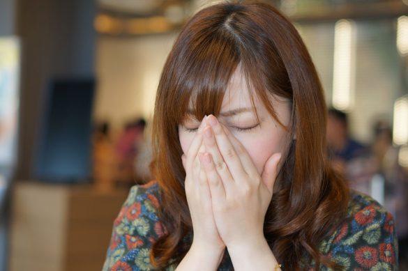 くしゃみを手でおさえる女性 クシャミ 咳 風邪 マスクなし
