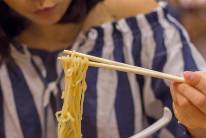 ラーメン、麺を食べる女性