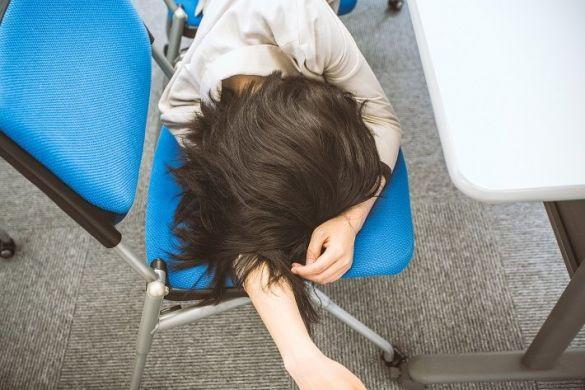 ブラック会社で働き疲れ果てた女性