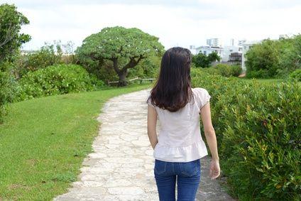 ひとりで歩く女性