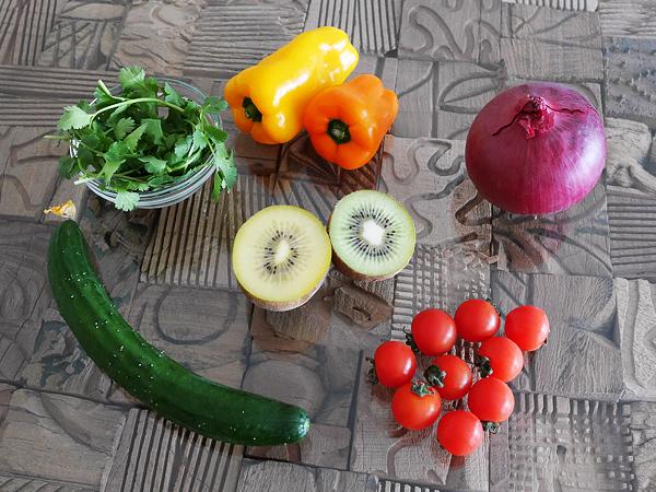 レインボーソース・食材/パプリカ、紫玉ねぎ、キウイフルーツ、ミニトマト、キュウリ、パクチー