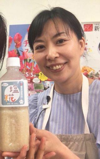 藤井康代さん、持っているのは「団四郎の塩糀」