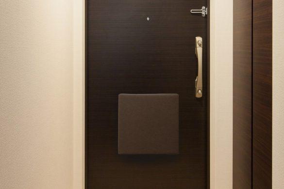 玄関のスチールドアにくっつけておく画期的な防災バッグ『OTE』