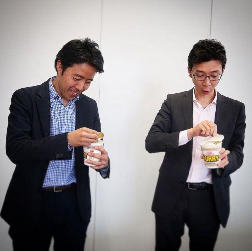 日清食品・白澤勉さん/ロッテ・安藤崇平さん 雪見カレーヌードルとご対面