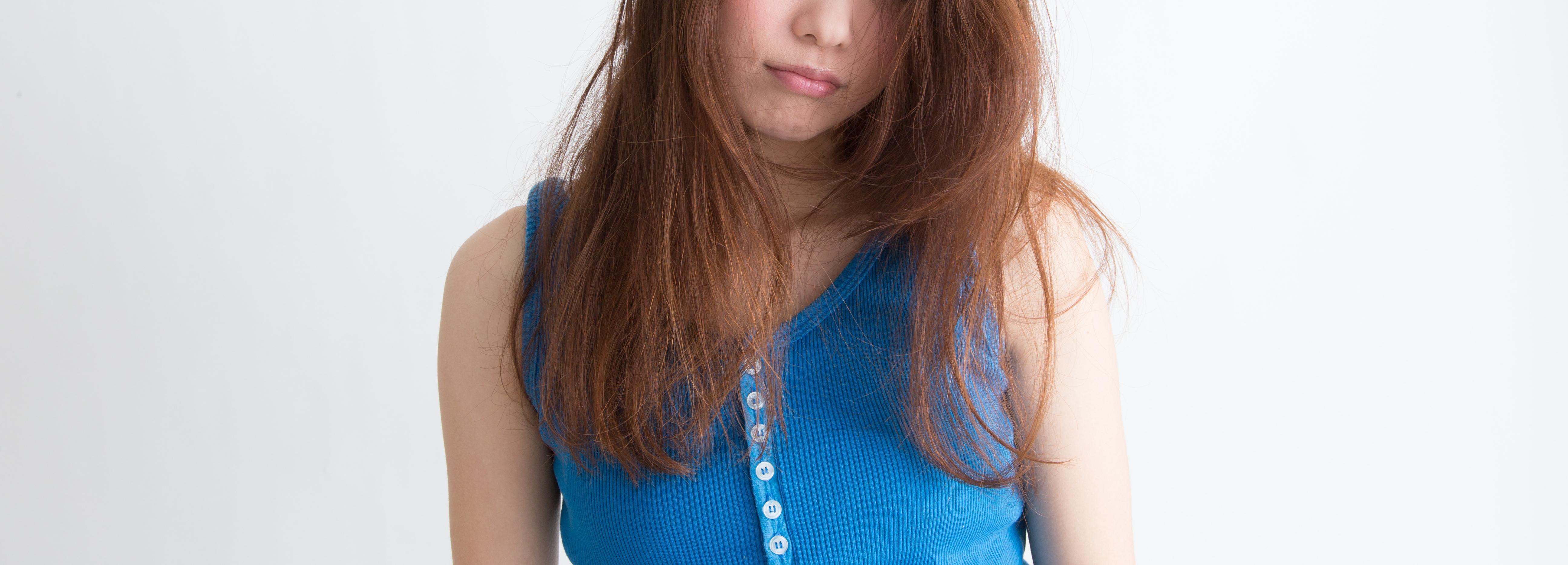 髪がボサボサな女性