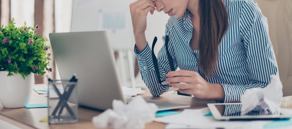 パソコンの前で絶望する女性