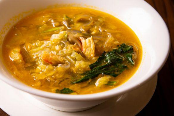 繊細な味わいの「かにと四川はるさめのスープ」(1600円)