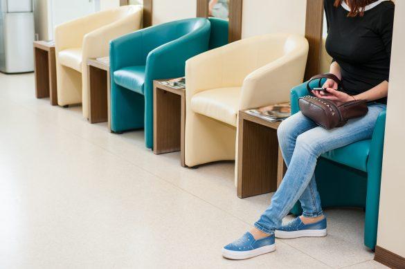 病院の待合室にいる女性