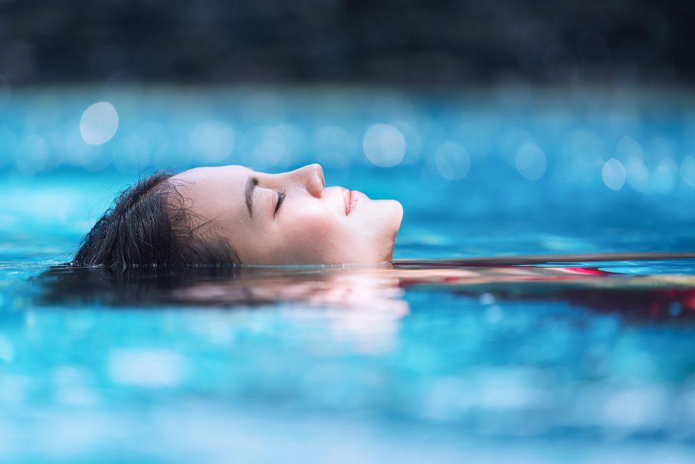 水に浸かっている女性