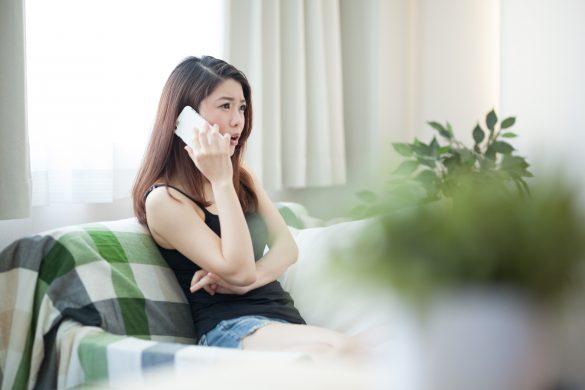 尻軽女扱いされて怒りの電話をかける女性