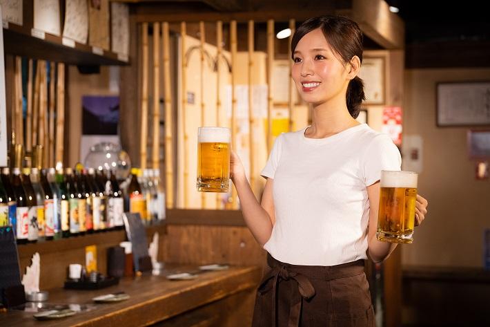 好条件に惹かれ居酒屋バイトをする女性