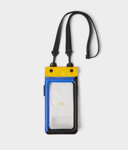 防水加工入り携帯電話キャリーケース 2,490円(画像:ZARA公式オンラインストアより)