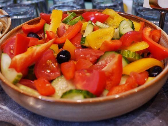 トマト、オリーブ、キュウリと合わせた「ギリシャ風サラダ」