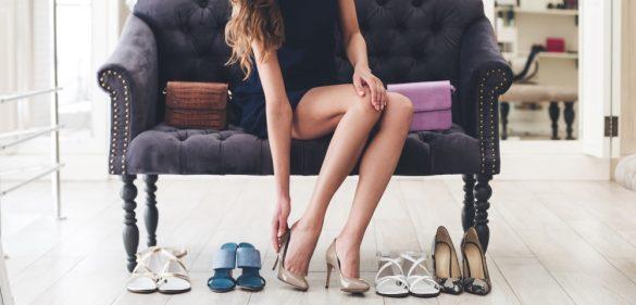 靴選ぶ女性
