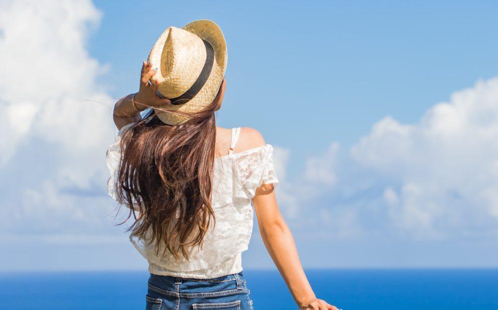 海 旅をする女性