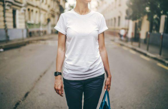 白いTシャツ 女性