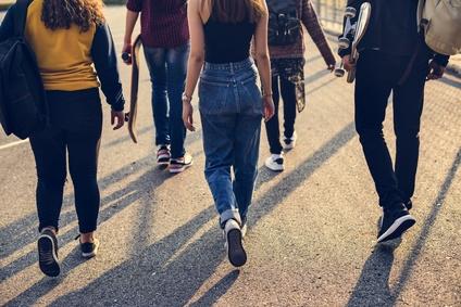 バイト仲間、若者たち学生グループ