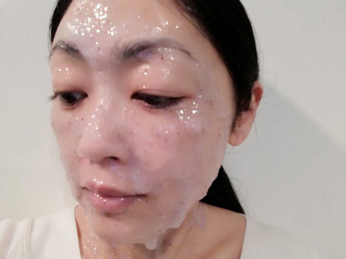 3 マスクをスパチュラで顔に均等にのばします。