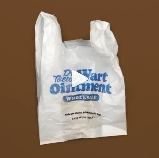 「イボ軟膏(なんこう)卸売り」と印刷されたレジ袋(画像:イーストウェストマーケットInstagramより)