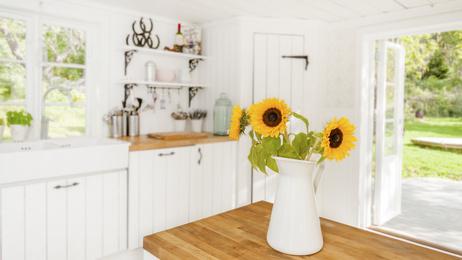 花を飾ったきれいな部屋