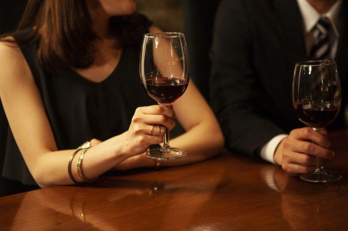 バーで出会った独身男性を口説く既婚女性