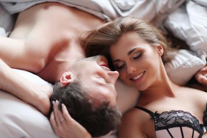 ベッドでラブラブのカップル