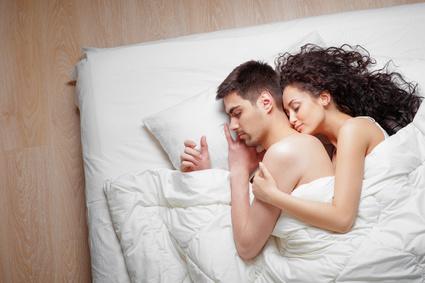 ベッドで自分からバックハグするカップル