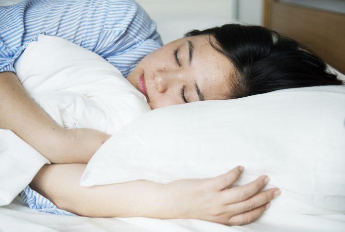 寝ている間にオナラをしている女性