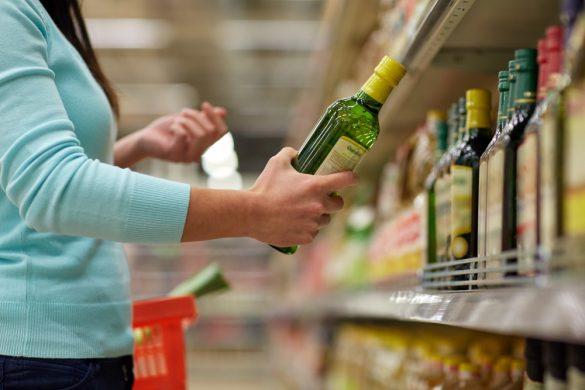オリーブオイルを買う女性