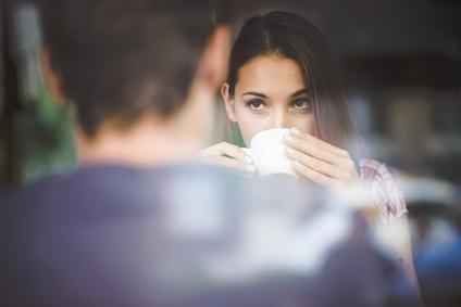カフェのカップル、お茶、嘘つき