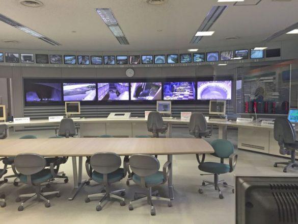 ガラス越しに見える操作室
