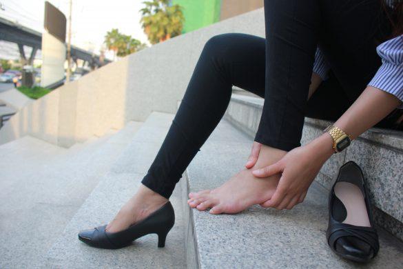 ヒール着用を強制される女性たち